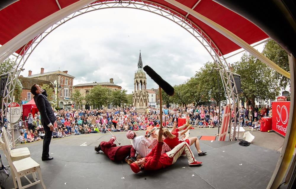Horncastle---SO-Festival-draws-in-the-crowds-furing-Fliphouse-performance